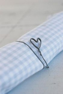 Wire napkin: Simple gift, and perfect with a natural wild flower. Kitsch, Origami, Art Du Fil, I Love Heart, Wire Crafts, Home And Deco, Decoration Table, Wire Art, Shades Of Blue