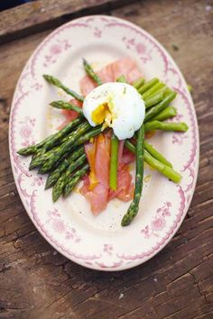 poached egg with asparagus and smoked salmon