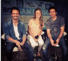 David Lyons, Tracy Spiridakos, and Billy Burke I love to see them together like that <3 <3 <3  #comiccon