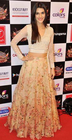 Bollywood fashion 482237072581396403 - Kriti Sanon at a Gulshan Kumar tribute concert. Indian Attire, Indian Wear, India Fashion, Asian Fashion, Women's Fashion, Indian Dresses, Indian Outfits, Lehenga Choli, Anarkali