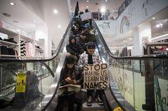 Manifestantes protestam dentro da rede varejista H&M, em Nova York, contra violência policial; manifestações se espalham pelos EUA. Foto: Andrew Kelly/Reuters