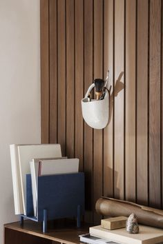 Ferm Living-Ferm Living Speckle Tasca a muro bianco sporco Blue Stain, Paper Organization, Burke Decor, Small Storage, Wall Pockets, Vase, Recycled Materials, Stoneware, Interior Design