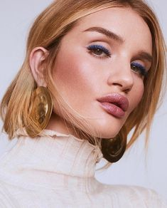 See two ways to wear blue eyeshadow. Includes application advice and techniques from makeup artist Patrick Ta, as modeled by Rosie Huntington-Whiteley. Glam Makeup Look, Bridal Makeup Looks, Beauty Makeup, Hair Makeup, Hair Beauty, Eye Makeup, Beauty Shoot, Makeup Goals, Sleek Hairstyles