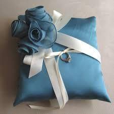 Gyűrűspárna kék virággal, szerencsét hoz. Chrysalis Esküvő -www.chrysalis-eskuvo.hu