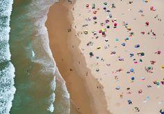 Lisbonne au Portugal vous attend avec cette plage sublime ! Vue d'en haut avec cette mer bleu cela fait encore plus rêver. Décidément des vacances à la plage s'imposent, serait ce le mauvais temps qui nous donne cette obsession ? #beach #holidays #Portugal