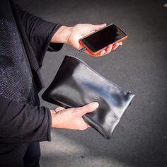 Dies Handtasche mit Ladegerät ist ein schönes Gadget-Geschenk für Frauen, die oft am Handy sind. Eine Handtasche mit Notstromlösung. Sehr originell.