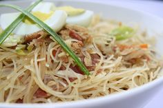 Pancit Bihon - A traditional Filipino noodle dish. Oh how I have missed thee as well! Filipino Recipes, Asian Recipes, Ethnic Recipes, Filipino Food, Filipino Noodles, Pancit, Summer Dishes, Grubs, Good Food