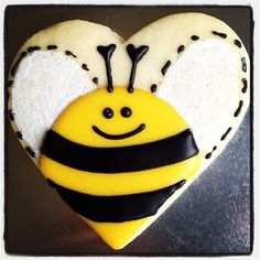 bee cookies from a heart cookie cutter Valentine's Day Sugar Cookies, Bee Cookies, Sugar Cookie Royal Icing, Galletas Cookies, Flower Cookies, Easter Cookies, Cupcake Cookies, Cupcakes, Cookie Bouquet