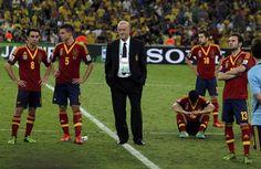 De España, Vicente Del Bosque y sus jugadores Xavi, Cesar Azpilicueta y Juan Mata reaccionan después de la Copa Confederaciones el último partido de fútbol contra Brasil en el Estadio Maracaná en Río de Janeiro