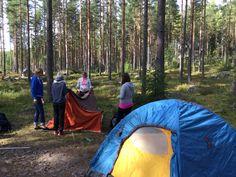 Hmmm... Apua, miten ihmeessä saadaan outo teltta pystytettyä!? Pienen miettimisen jälkeen oli korkea yösija valmis!