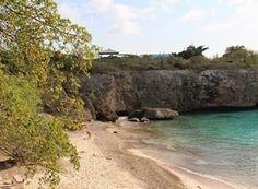 O post sobre as praias de Curaçao entrou no ar hoje! Está recheado de fotos e informações o link está aqui na bio.  Essa praia da foto é a Playa Jeremi um achado na ilha. Por ser pouco conhecida ela foi a praia mais vazia que conheci por lá pequena e aconchegante. É uma praia pública sem muita estrutura. Porém em compensação do estacionamento somos privilegiados com essa vista.   #curacao #caribe #caribean #playajeremi #visitcuracao…