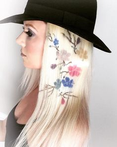 Hair stenciling is exactly what it sounds like; stencils are used to paint beautiful and colorful patterns on the hair. Here are 20 hair stenciling ideas you'll love! Creative Hairstyles, Cool Hairstyles, Hair Stenciling, Pelo Multicolor, Corte Y Color, Short Pixie Haircuts, Hair Tattoos, Rainbow Hair, Hair Art