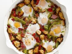 Western Skillet Eggs This hearty, flavorful dish from Food Network Magazine is packed with all of your favorites: ham, tomatoes and bell peppers, just to name a few. A recipe this lively is sure to be the star of any holiday brunch spread. Egg Recipes, Brunch Recipes, Healthy Recipes, Brunch Foods, Recipies, Healthy Food, Breakfast Dishes, Breakfast Recipes, Breakfast Ideas
