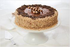 Tort Ferrero Rocher jest raczej z tych cięższych. Napakowany jest orzechami i czekoladą. Blaty są dosyć lekkie, ale przez dodatek orzechów także treściwe. Krem cudowny.