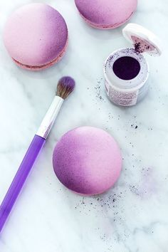 Tutorial: Ombré Macarons // powder dye is great for so many things and it doesn. - Food and drink - Macaron Macaron Cookies, Cake Cookies, Cupcake Cakes, Macaron Cake, Macaron Tower, Baking Recipes, Cookie Recipes, Dessert Recipes, French Macaroons
