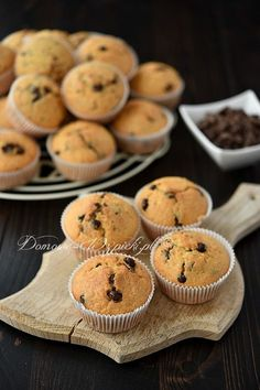 Recipe for muffins with chocolate pieces. Juicy, soft, delicious muffins with chocolate pieces. A muffin classic, not only very popular with children. They are crispy on the outside and airy on the in Dutch Recipes, Cuban Recipes, Russian Recipes, Muffin Recipes, Baking Recipes, Cake Recipes, Russian Dishes, Chocolate Chip Recipes, Cupcake Recipes