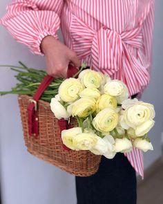 Zi de joi cu flori 💘 Joi, Floral Design, Bouquet, Bride, Garden, Flowers, Desserts, Wedding Bride, Tailgate Desserts