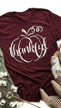 Love this shirt for the fall. Maybe I'll screen print it so it's more di - Vinyl Shirt - Ideas of Vinyl Shirt - Love this shirt for the fall. Maybe I'll screen print it so it's more distressed Fall Shirts, Mom Shirts, Cute Shirts, Funny Shirts, Vinyl Designs, Shirt Designs, T-shirts Graphiques, Look 2017, Vinyl Shirts