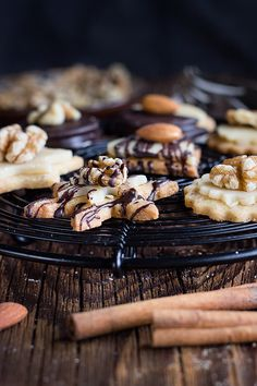Ein wenig aufwendiger, aber super lecker: Nuss-Marzipan-Plätzchen. Mit Schokolade, Vanille, Zimt, Ingwer, Orangenschale, Nüssen und Marzipan.