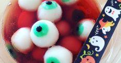 「簡単!ハロウィン 目玉のぷるぷる白玉デコ」ハロウィンパーティーで「怖い!気持ち悪い」みんなの悲鳴が聞こえそう!見た目も食感もリアルな閲覧注意な目玉です。 材料:白玉粉、絹豆腐、食紅:緑、黒.. Happy Halloween, Halloween Party, Halloween Ideas, Kawaii Dessert, Dessert Recipes, Desserts, Cute Food, Food Presentation, To My Daughter