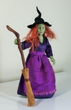 Ich möchte Ihnen die grüne Hexe Veronica Vert vorstellen. Sie wurde von Hand in Fimo geformt und ihre Kleider wurden handgenäht. Sie ist an den Armen und Beinen, verdrahtet kann so sanft gestellt werden. Sie hat gemalt mit Genesis Heat Set Farben für Dauerhaftigkeit und sie trägt einen Leder-Hexen-Hut.  Veronica Vert ist eine Miniatur Puppenhaus Puppe im Maßstab 1: 12 (ein Zoll). Sie liegt bei etwa fünf und einen halben Zoll an die Spitze des Kopfes (höher an die Spitze der Hut).  Sie kommt…
