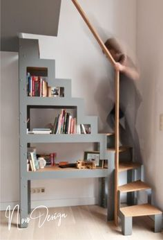 Creating a Libro shelf-staircase, simply placed on the ground in the context of a renovation project. The staircase – a simple and fast storage solution to access an attic or a mezzanine platform. Open Stairs, Attic Stairs, Round Stairs, Attic Renovation, Attic Remodel, Escalier Design, Tiny House Stairs, Attic Rooms, Attic Playroom
