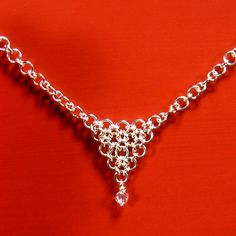 Free tut: how to make a chevron jump ring chain. Lots of other chainmaille tuts at this site