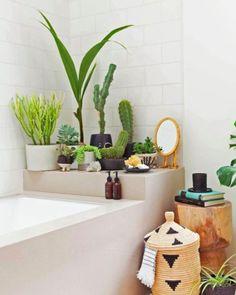 Kultiviere auf jeden Fall ein paar todschicke Pflanzen in deinem Bad, damit die Luft frisch und der Raum grün bleibt.
