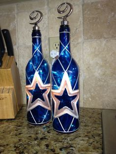 Hand painted Dallas Cowboys wine bottle lamp comes filled with mini lights and standard sea cork. Decorative stopper not included. Listing is for one lamp. Dallas Cowboys Crafts, Dallas Cowboys Baby, Football Crafts, Dallas Cowboys Tattoo, Football Decor, Cowboys 4, Wine Bottle Crafts, Bottle Art, Bottle Lamps