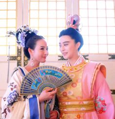 Zhang Junning and Fan Bingbing in 'Empress of China'. Chinese Design, Chinese Style, Traditional Chinese, Traditional Dresses, Chinese Hairstyles, Pacific Girls, The Empress Of China, China Clothing, Fan Bingbing