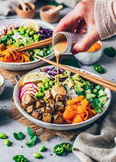 Vegane Poke Bowl mit knusprigem Tofu und cremiger Tahini-Sauce Plats Healthy, Plat Vegan, Vegetarian Recipes, Healthy Recipes, Vegan Bowl Recipes, Crispy Tofu, Poke Bowl, Vegan Dinners, Food Inspiration
