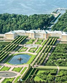 Peterhof Palace in Saint Petersburg, Russia Beautiful Castles, Beautiful Gardens, Beautiful Places, Amazing Architecture, Landscape Architecture, Peterhof Palace, Formal Garden Design, Dream Mansion, Palace Garden
