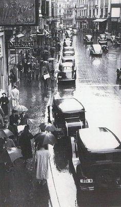 O zi ploioasa superba si aglomerata pe Calea Victoriei al anilor ' 30. Sursa: Arhivele Nationale ale Romaniei