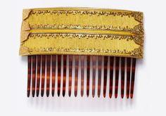 Peina flamenca baja en color ocre y con detalles en dorado.