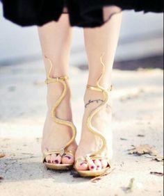 Medusa costume: use gold sandals DIY- Gold snake serpent sandals. Gold Sandals, T Strap Sandals, Women's Shoes, Me Too Shoes, Costume Meduse, Halloween Kostüm, Halloween Costumes, Costume Carnaval, Diy Medusa Costume