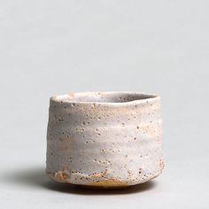 """TSUJIMURA, Shirô *1947  Shino chawan - Teabowl shino-Type  White shino-glaze  Signed: """"shi"""", carved into base.  Japan, Nara  9,6 x 12,1 cm  inquiry"""