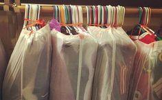 Des sacs poubelles comme housses de vêtements
