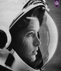 Anna Fisher, fue la primer mujer en viajar al espacio. Esta imagen muestra a la astronauta con estrellas en el reflejo de su casco para la portada de la revista Life en 1985. #arte #cultura #PrincesasDe40