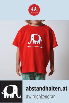 Noch auf der Suche nach dem perfekten Outfit für diesen Schulherbst? Wie wäre es mit dem Kinder T-Shirt mit Babyelefant PRIM, das dezent auf den Sicherheitsabstand hinweist? So wird Abstandhalten gleich viel einfacher! #wirdenkendran #babyelefant #elefant #abstandhalten #covid19 #kinder #schulstart # backtoschool #tshirt Baby Elefant, Outfit, Mens Tops, Women, Fashion, Searching, Outfits, Moda, Fashion Styles