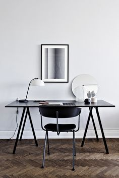 Minimalist Home Office Ideas As the economy continues to sour, more and more people are forced to consider alternate means to make money. Many are starting businesses at home and with all the exper… Home Office Space, Office Workspace, Home Office Desks, Office Decor, Office Ideas, Office Designs, Bureau Design, Workspace Inspiration, Scandinavian Home
