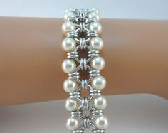 Japanese chainmaille bracelet with ivory glass pearls, Chainmail bracelet, Chain… Beaded Bracelet Patterns, Beaded Earrings, Beaded Jewelry, Handmade Jewelry, Beaded Bracelets, Chainmaille Bracelet, Bracelet Cuir, Wire Jewelry Designs, Jewelry Crafts