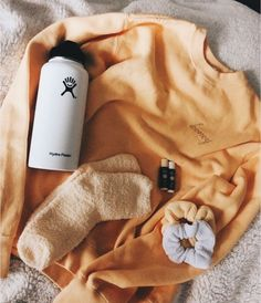 Honey sweatshirt - A'M o o d b o a r d - School Outfits Sweatshirt Outfit, Teen Fashion Outfits, Casual Outfits, White Girl Outfits, Cute Simple Outfits, Teen Fashion Winter, Yellow Outfits, Trendy Outfits For Teens, Yellow Clothes