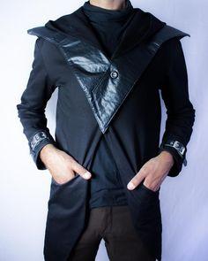 Distopia Collection - Sobretudo com pontas, capuz e ombreira destacável em couro sustentável - Moda masculina e sustentável, para homens com estilo alternativo