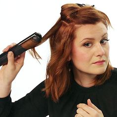 Discover all the possibilities for using your flatiron! These hair hacks will help you create effortless waves and curls in only 5 minutes! We also show you how to use your flatiron as an iron for clothes when you need to de-wrinkle a shirt in a snap. Flat Iron Short Hair, Curling Hair With Flat Iron, Flat Iron Curls, How To Curl Short Hair, How To Curl Hair With Flat Iron, Flat Iron Waves, Curling Wand Styles, Curled Hairstyles, Straight Hairstyles
