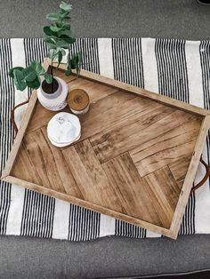 Learn how to make a beautiful herringbone serving tray from this step-by-step tutorial. It's the perfect addition to any space and also makes a great gift! Diy Wooden Projects, Woodworking Projects Diy, Palet Projects, Wood Pallet Crafts, Outdoor Pallet Projects, Welding Projects, Pallet Wood, Woodworking Shop, Wood Pallets