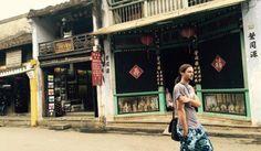 """DU LỊCH HỘI AN ĐI NHƯ THẾ NÀO?  Hội An, Đà Nẵng, Hà Nội, Quảng Ninh… là những cái tên được các khách du lịch biết đến nhiều nhất tại Việt Nam với tiềm năng du lịch rất mạnh. Và nhiều người sẽ tự đặt ra cho mình câu hỏi """"du lịch Hội An đi như thế nào?"""". Hiện nay, các phương tiện đi lại vô cùng dễ dàng và tiện lợi, du khách chỉ cần nhấc máy lên và gọi là đã có một chuyến du lịch Hội An ưng ý nhất. Du lịch Hội An đi như thế nào? Xét về vị trí địa lí Hội An cũng"""