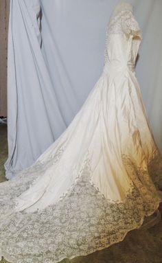 1950's Ivory Taffeta Wedding Gown w Train / Wide Lace Border MED b- 41