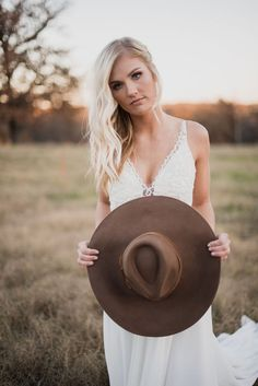 Romantic fall editorial shoot for the bride who loves a casual outdoor vibe. Wedding Poses, Bride Poses, Wedding Venues, Casual Outdoor Weddings, Bridal Hat, Wedding Photography Inspiration, Portrait Inspiration, Portrait Photo, Bridal Portraits