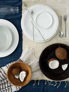 STOCKHOLM tallrikar, design Anne Nilsson. ENSIDIG vas, SOCKERÄRT vas, BLANDA MATT skål i bambu.