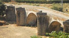 Otra imagen del puente sin río o el puente sobre la vega. Un bello ejemplar cuyos orígenes están en tiempos romanos, cuando esta ciudad se llamaba Cauria. Después sería conquistada por visigodos y por árabes. Más tarde por portugueses y franceses. Y es que estas fértiles vegas han sido deseo de todos.